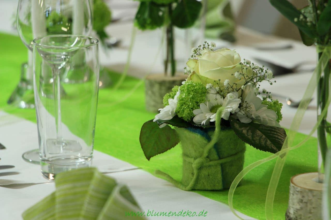 Frühlingshafte Tischdekoration in zartem Grün/Weiß