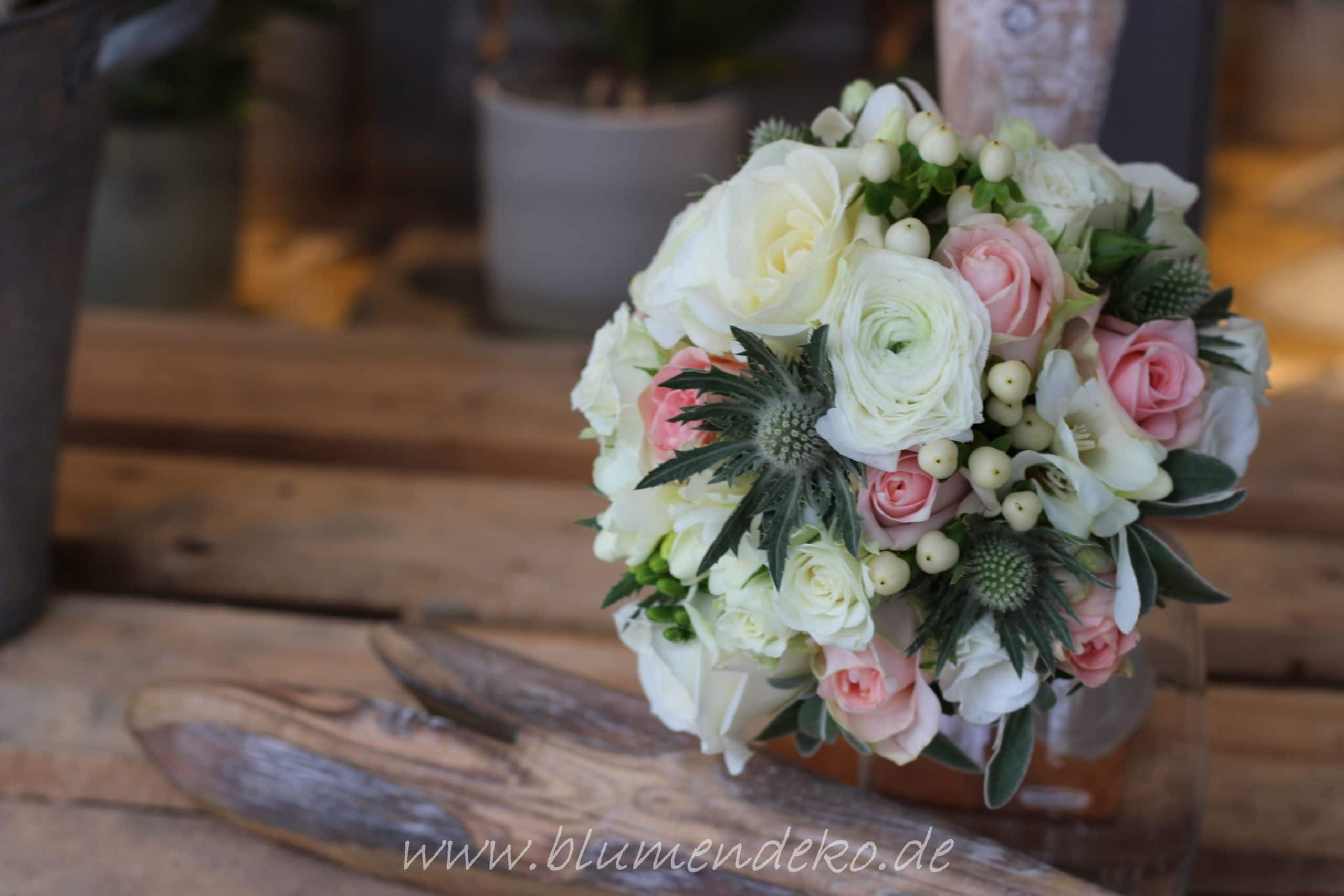 Brautstrauß Winter zartrosa weiß Rosen Disteln grau