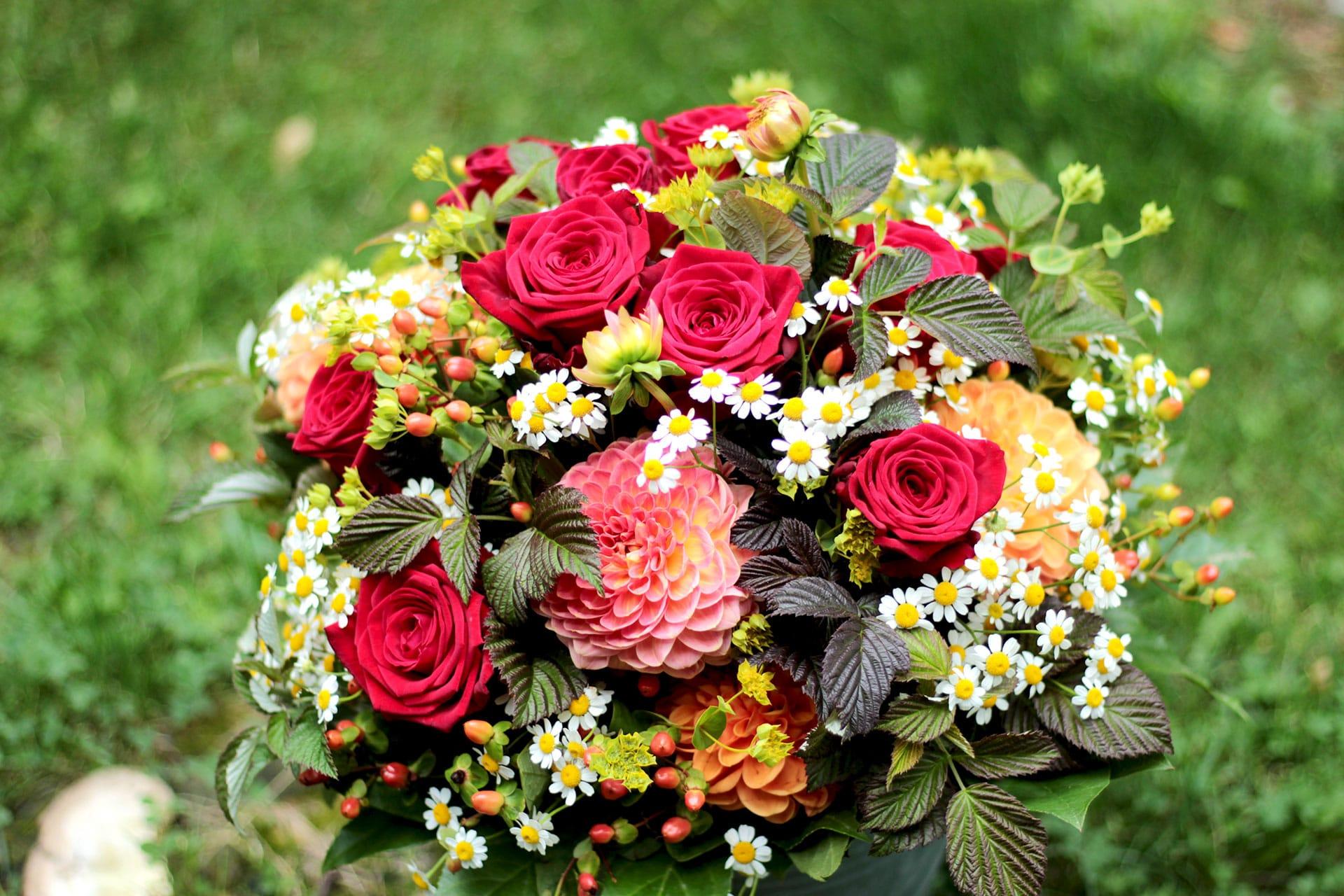 Brautstrauß mit Rosen und Dahlien