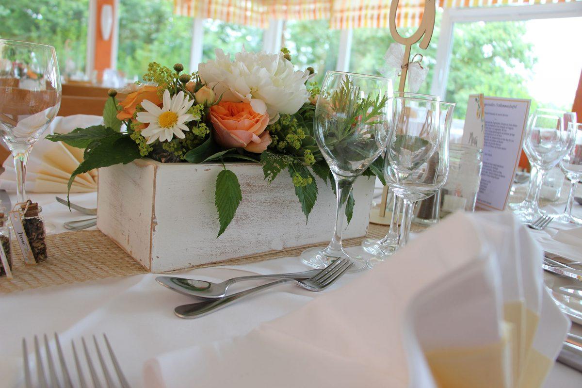 Hochzeitsdeko auf Tisch